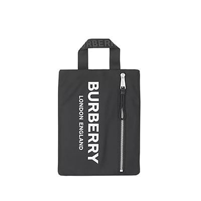 [스페셜오더]BURBERRY-80181471 버버리 블랙 로고 프린트 ECONYL® 포트레이트 파우치